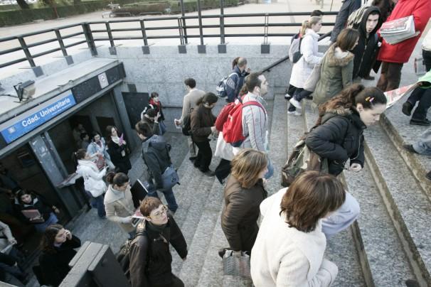 Estudiantes en la boca de metro de Ciudad Universitaria. Foto: José María Barroso
