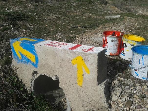 Manuel Rossi ha pintado toda la señalización del camino. Foto: M.R.