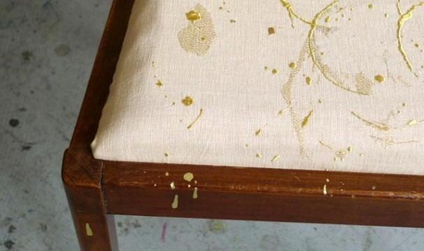 Detalle de una de las piezas de Susan Collis, donde lo que parece una mancha en realidad es un bordado de hilo de oro