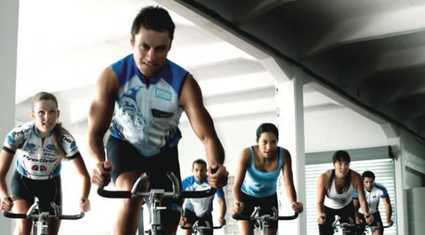 Clase de ciclismo 'indoor' o 'spinning' en el gimnasio Club Atlas. Foto: clubatlas.es