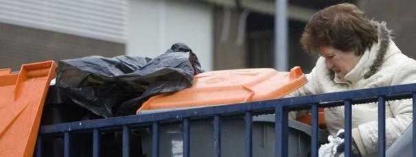 Una señora rebusca en los contenedores de un supermercado - Ignacio Gil/ABC
