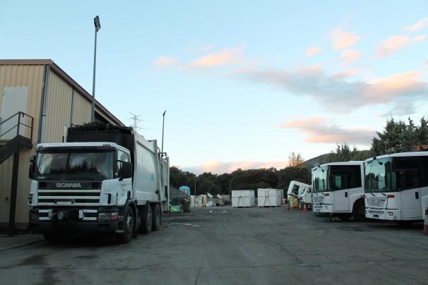 Taller de los camiones al lado del Centro de Transferencia