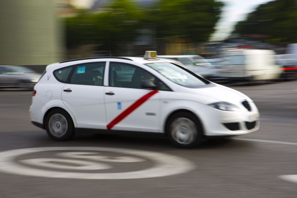 Imagen de un taxi por las calles madrileñas. Foto: Quay