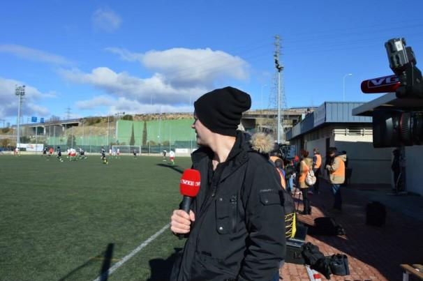 Un periodista de la televisión de Noruega en La Canaleja, donde finalmente no debutó Odegaard | FOTOGRAFÍA: Alex Jiménez