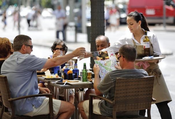 Una camarera atiende a una de las mesas en una terraza. Foto: Mikel Ponce