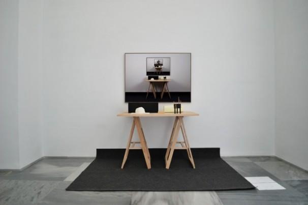 Miguel Ángel Gaüeca | Table. Instalación | Fotografía, mesa, alfombra y objetos hechos a mano