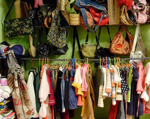 Ropa de niño y bolsos dispuestos en la tienda. Por Ábrete Sésamo