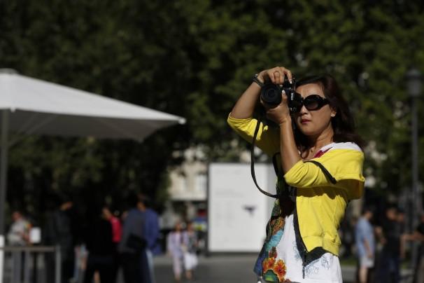 Una turista toma fotos en los alrededores de El Prado. Foto: JRL