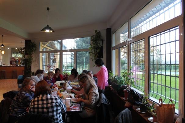 El grupo de mujeres teje en torno a una mesa del restaurante